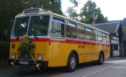 Schwyzer Poschti - Swiss Vintage Postbus mit Blumenschmuck für Hochzeit in Bonn anfrage@schwyzer-poschti.de
