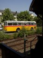 Oldtimer-Postauto-Bus Saurer/Tüscher 3DUK-50 ex P-24660 von www.schwyzer-poschti.de von der Plattform eines historischen Eisenbahnwagens aus am Bahnhof Wiehl (4.2011 - Foto: Schwyzer Poschti)