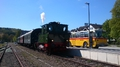 """Oldtimer-Postauto-Bus Saurer/Tüscher 3DUK-50 ex P-24660 von www.schwyzer-poschti.de - Bahnhof Wiehl - Dampflok """"Waldbröl' von www.loewendampf.de (2018 - Foto: Schwyzer Poschti)"""